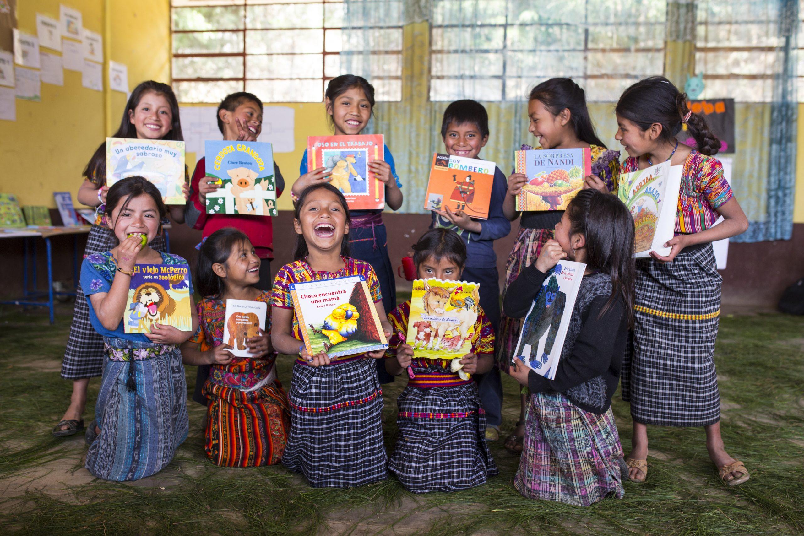 Niñas guatemaltecas mostrando sus libros de estudio de la fundación los Bosch Gutierréz.