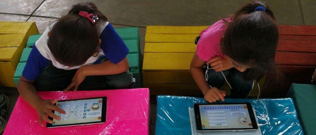 Niñas guatemaltecas estudiando en salón de clases.