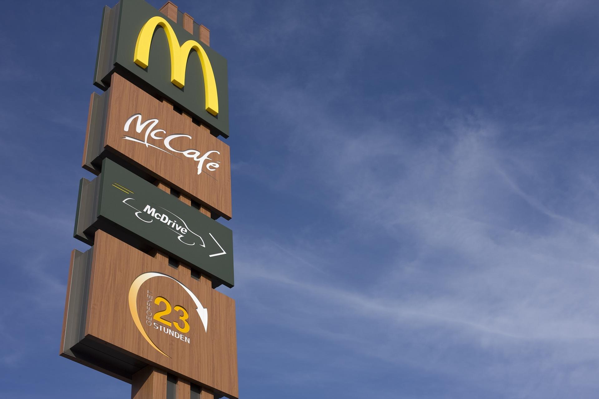 Poste de publicidad de McDonald's y Mc Café